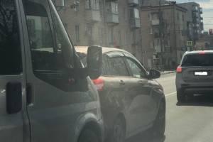 В Брянске на Никитина маршрутка протаранила легковушку