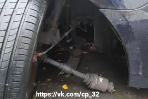 В Брянске возле «Атласа» у попавшей в яму машины оторвало колесо