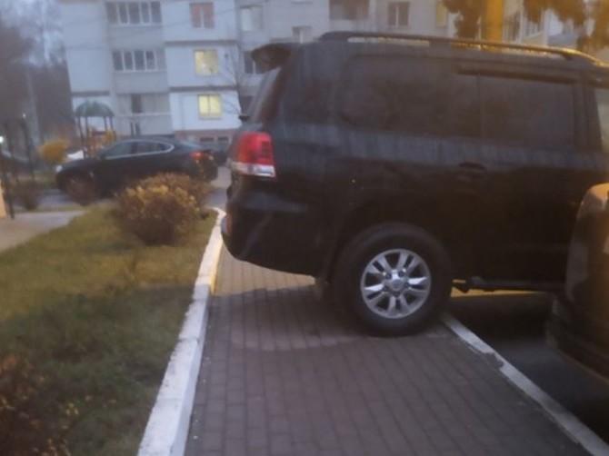 В Брянске внедорожник перекрыл тротуар