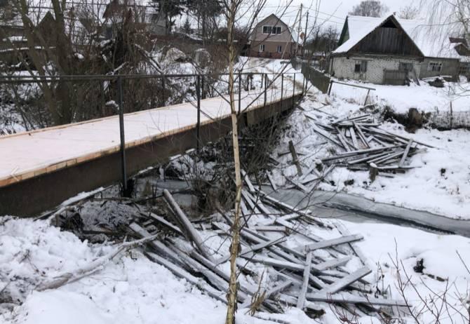 В брянской Антоновке после ремонта моста реку завалили мусором