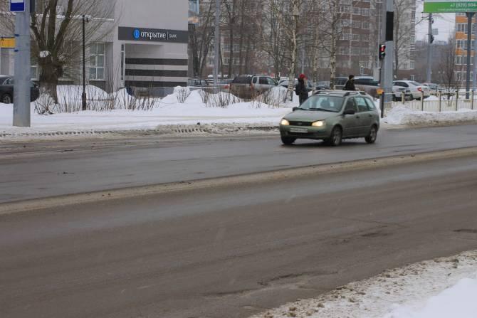 В Брянске развалилась дорога на одной из центральных улиц города