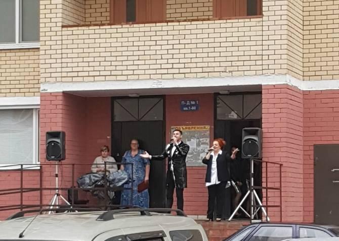 Брянец устроил концерт во дворе многоэтажки по улице Крахмалева
