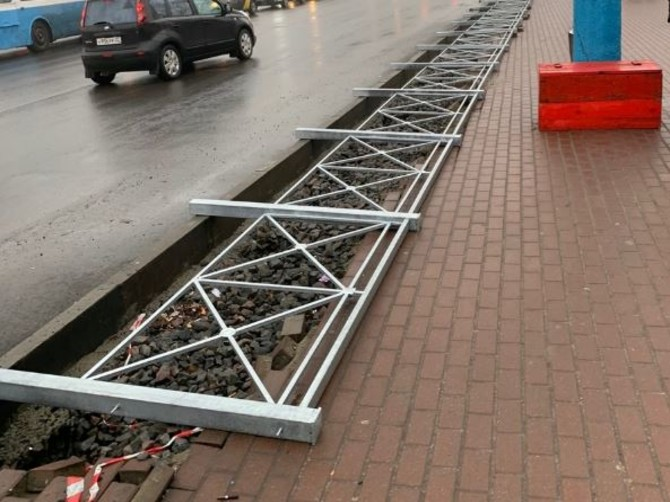 В Брянске у автовокзала устанавливают уродливые заборы