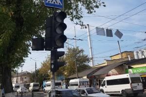 В Брянске неработающий светофор создал хаос возле Бежицкого рынка