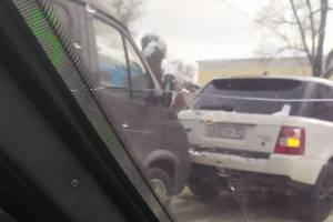 В Брянске на улице Урицкого микроавтобус протаранил легковушку