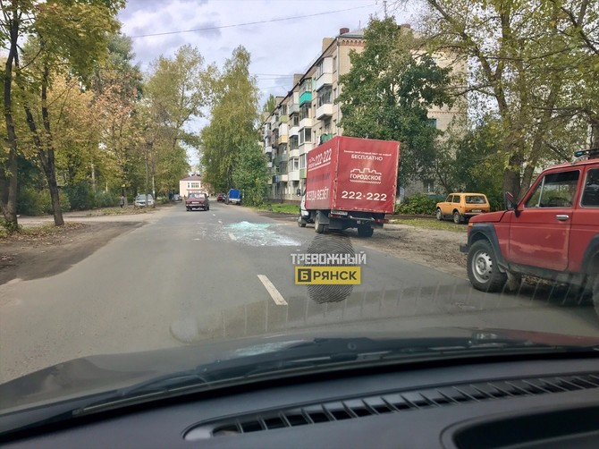 В Брянске на Металлурге дорогу засыпали битым стеклом