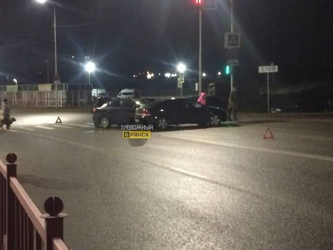На улице Романа Брянского столкнулись 2 легковушки