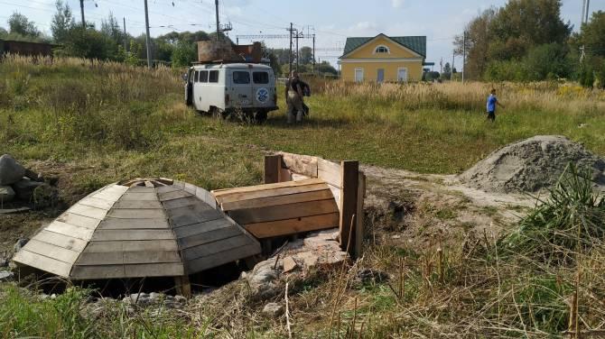 На роднике в брянском поселке Белые Берега появился деревянный купол