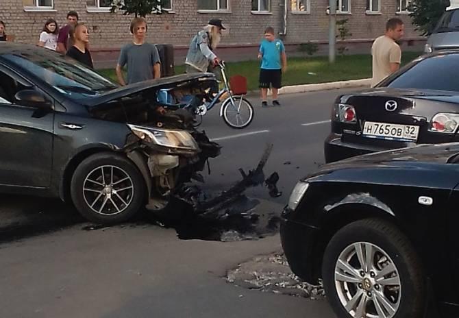 В Брянске на улице Тельмана в ДТП разбилась легковушка
