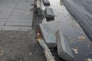 В Брянске на остановке у школы №46 рухнули бордюры