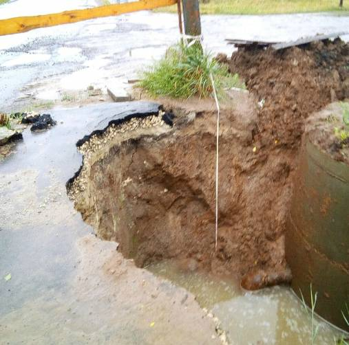 В Суземке при ремонте коллектора коммунальщики разворотили дорогу