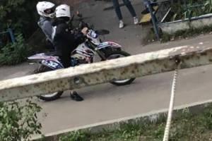 В Брянске подростки устроили гонки по дворам на спортивном мотоцикле
