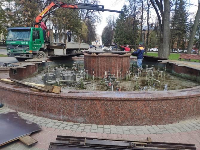 В Брянске начали готовить к лету фонтан в Круглом сквере