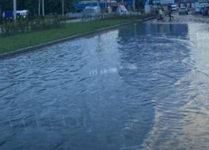 Брянские власти объяснили затопление дороги у сквера «Литий»