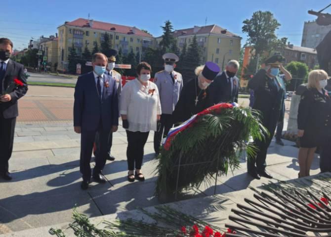 Руководители Брянщины возложили цветы на площади Партизан