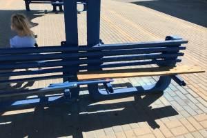 В Брянске на Крахмалева вандалы сломали скамейку на остановке