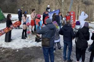 В Брянске на лыжи встали мужчины в трусах и девушки в купальниках