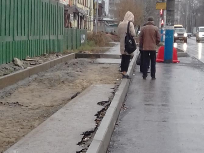 Жители Брянска пожаловались на опасные бордюры на Северной