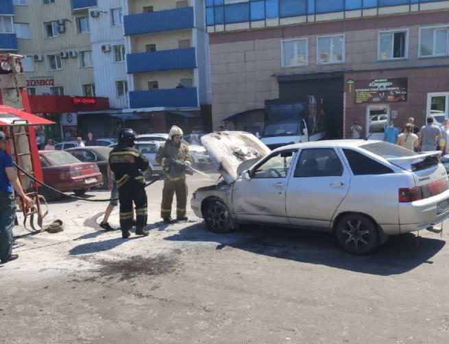 В Брянске рядом с ТРЦ «Мельница» загорелся автомобиль