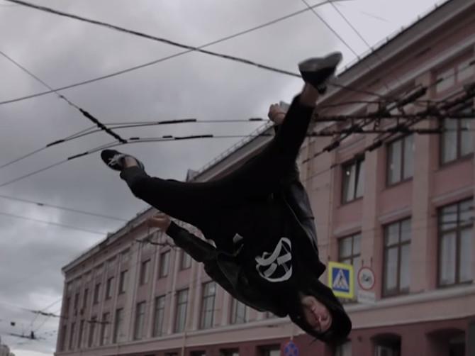 В Брянске парень устроил эффектный паркур на переходе возле ЦУМа