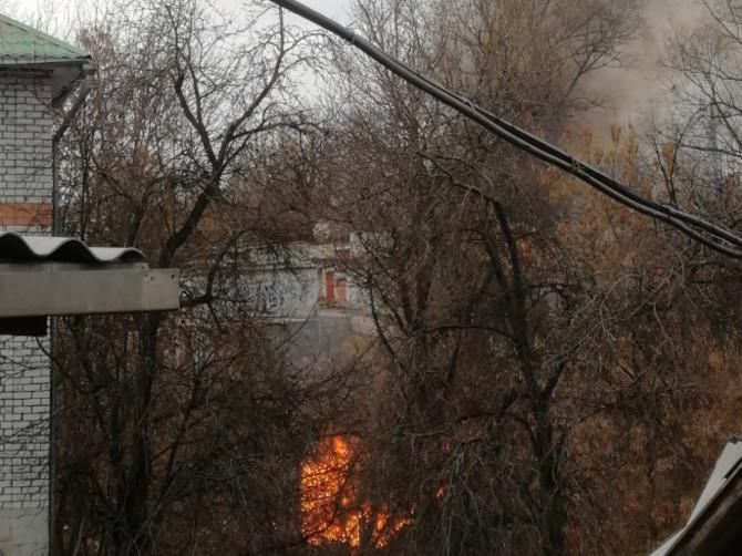 В центре Брянска за Хлебокомбинатом загорелись гаражи