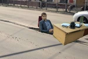 Знаменитый стул в яме поразил мэра Брянска Макарова