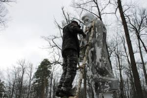 В Севском районе благоустроили памятник Скорбящей матери