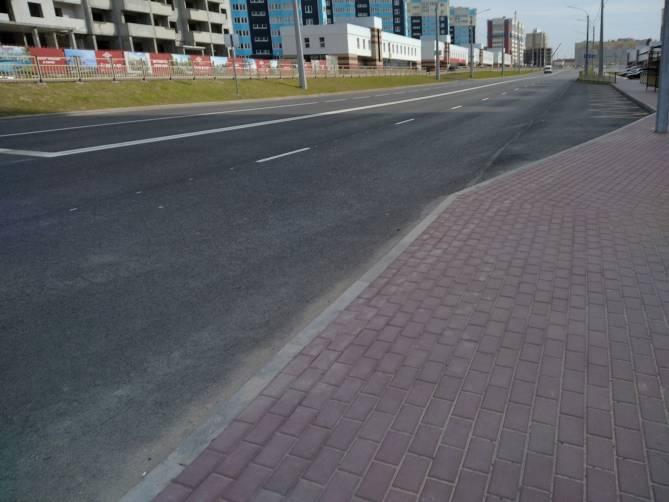 В Брянске разваливается тротуар на новой дороге по улице Советской