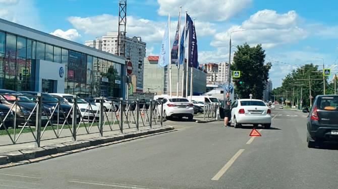 В Брянске иномарка протаранила флагшток дилерского центра Volkswagen