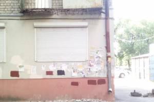 В Брянске на улице Шолохова обломки балкона упали на тротуар