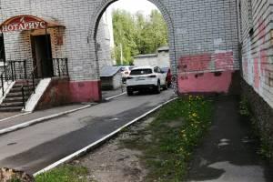В Брянске на улице Фокина автохам перегородил выезд из двора