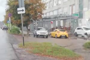 В Новозыбкове автохамы на иномаркахперегородили тротуар