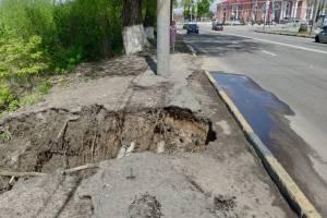 В Брянске подмыло дорогу к железнодорожному вокзалу