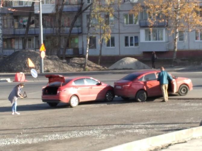 В Брянске две легковушки столкнулись на улице Авиационной