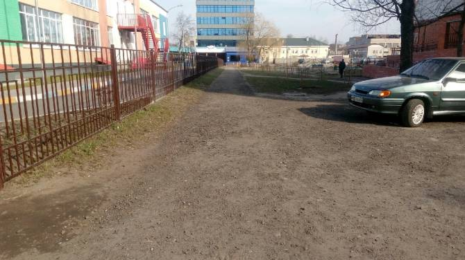 В Брянске недоделкой тротуаров воспользовались автохамы
