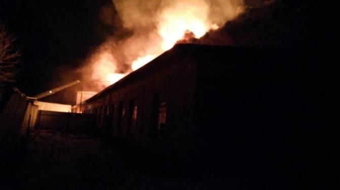 В Дятькове ночью произошёл пожар на мебельной фабрике