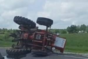 На брянской трассе перевернулся трактор