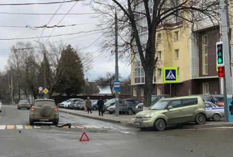 В Брянске возле БГУ столкнулись две легковушки