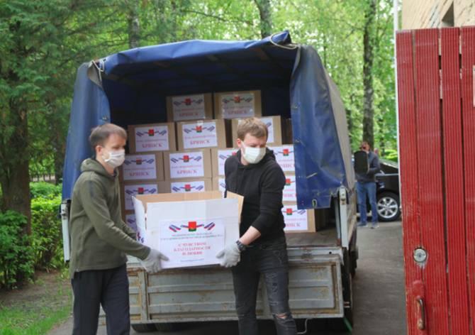 В Брянске сражающиеся с коронавирусом медики получили продукты