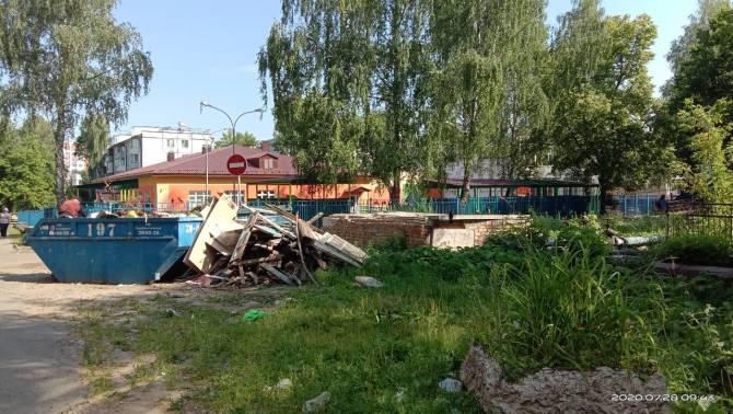В Брянске выросла свалка напротив детсада «Чиполлино»