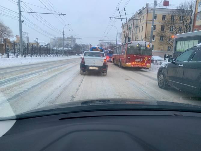В центре Брянска коммунальщики не справились с последствиями снегопада