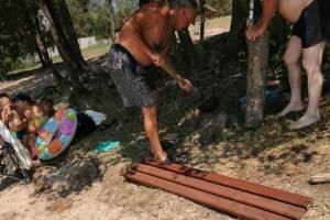 Трубчевский пенсионер-альтруист благоустроил места отдыха у водоемов