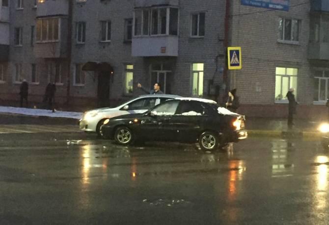 В Брянске возле «Командора» не поделили дорогу две легковушки
