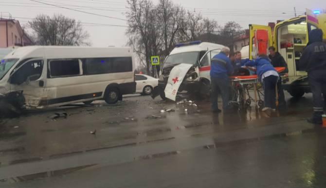 В Брянске в ДТП с маршруткой №47 и скорой есть раненые