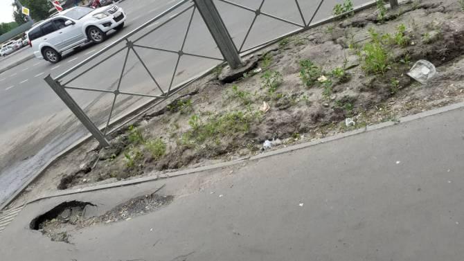 В Брянске разрушается новый тротуар на улице Авиационной