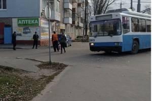 В Брянске столкнулись легковушка и троллейбус №9