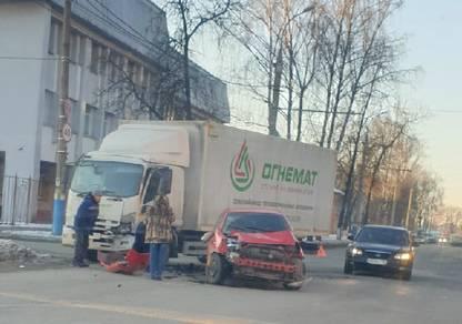 В Брянске возле БГТУ столкнулись легковушка и грузовик
