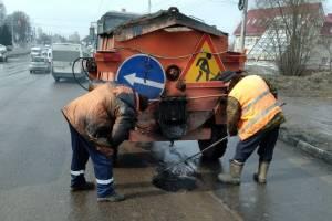 В Брянске дорожники вышли латать разбитые улицы
