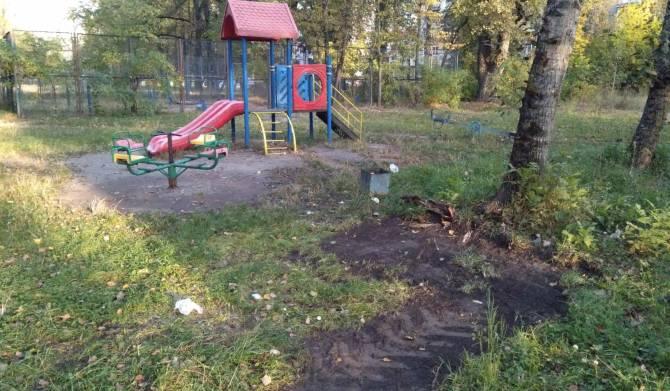 В Брянске детскую площадку освободили от соседства с венками