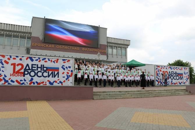 В Брянске на набережной концертом отметили День России